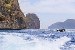 Βάρκα Longtail που πλέει με την τροπική andaman θάλασσα με το μικρό υπόβαθρο νησιών ασβεστόλιθων Στοκ εικόνα με δικαίωμα ελεύθερης χρήσης