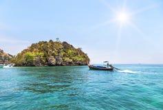 Βάρκα Longtail που πλέει με την τροπική andaman θάλασσα με το μικρό υπόβαθρο νησιών ασβεστόλιθων Στοκ φωτογραφία με δικαίωμα ελεύθερης χρήσης