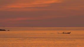 Βάρκα Longtail στο χρυσό φως απόθεμα βίντεο