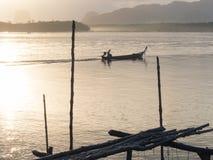 Βάρκα Longtail στο samchong-tai, Phang, Ταϊλάνδη Στοκ Εικόνες