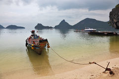 βάρκα longtal δεμένος Ταϊλανδός &al Στοκ φωτογραφίες με δικαίωμα ελεύθερης χρήσης