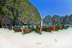 Βάρκα Longtale στην παραλία, Krabi Ταϊλάνδη Στοκ Εικόνα