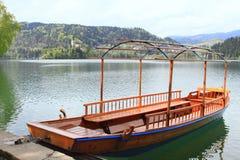 Βάρκα Pletna στη λίμνη που αιμορραγείται Στοκ Φωτογραφίες