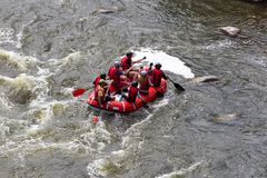 Βάρκα Rafting στο γρήγορο ποταμό βουνών Νότιο προγραμματιστικό λάθος Ουκρανία στοκ εικόνα