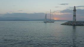 Βάρκα Sailling που έρχεται στη μαρίνα με τη σκιαγραφία φιλμ μικρού μήκους