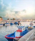 Βάρκες έτοιμες για την αλιεία στη θάλασσα στοκ εικόνα