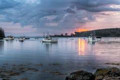 Βάρκες αστακών που δένονται στο φως ξημερωμάτων στοκ φωτογραφίες