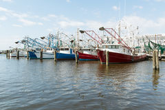 Βάρκες γαρίδων στην ακτή ΑΜΕΡΙΚΑΝΙΚΩΝ Κόλπων αποβαθρών Στοκ φωτογραφία με δικαίωμα ελεύθερης χρήσης
