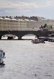 Βάρκες γεφυρών και εξόρμησης Anichkov στον ποταμό Fontanka Στοκ Φωτογραφία