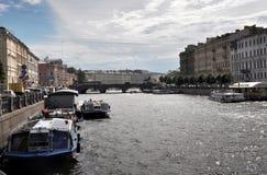 Βάρκες γεφυρών και εξόρμησης Anichkov στον ποταμό Fontanka Στοκ φωτογραφία με δικαίωμα ελεύθερης χρήσης