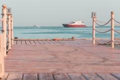 Βάρκες γιοτ στην άγκυρα που βλέπει από την αποβάθρα στοκ φωτογραφίες