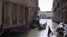 Βάρκες γονδολών με gondolier απόθεμα βίντεο