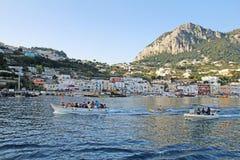 Βάρκες γύρου που ρυμουλκούν τους μπλε λεμβούχους grotto, μαρίνα Grande, Capri, Ita Στοκ Εικόνα
