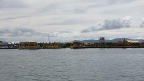 Βάρκες γύρω από το επιπλέον νησί Uros στη λίμνη Titicaca φιλμ μικρού μήκους