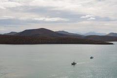 Βάρκες ενάντια στους λόφους Στοκ Φωτογραφίες