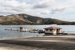 Βάρκες ενοικίου στην αποβάθρα και κεκλιμένη ράμπα έναρξης στις λίμνες Otay Στοκ Φωτογραφία