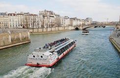 Βάρκες εξόρμησης του Σηκουάνα ποταμών, Παρίσι Στοκ φωτογραφία με δικαίωμα ελεύθερης χρήσης