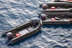 Βάρκες ζωής στη θάλασσα για τους ανθρώπους βοήθειας και υποστήριξης Σωσίβιες λέμβοι στη θάλασσα, λαστιχένια βάρκα με τη μηχανή Στοκ Εικόνες