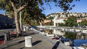 Βάρκες και αστική ζωή στην προκυμαία του ina RjeÄ  ποταμών στη λιμενική πόλη Rijeka, Κροατία στοκ φωτογραφίες