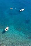 Βάρκες και ζαλίζοντας χρώματα θάλασσας στην Ιταλία Στοκ φωτογραφία με δικαίωμα ελεύθερης χρήσης