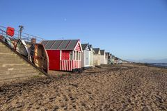 Βάρκες και καλύβες παραλιών στην παραλία κόλπων Thorpe, Essex, Αγγλία στοκ εικόνες με δικαίωμα ελεύθερης χρήσης