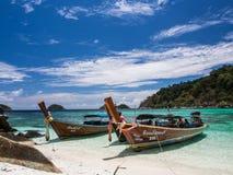 Βάρκες και μπλε ουρανός στοκ εικόνες