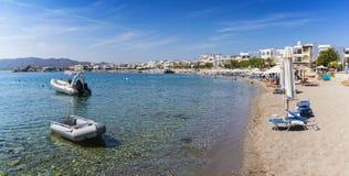 Βάρκες και ομπρέλες Haraki ηλιόλουστη ημέρα Ρόδος, Greec παραλιών σε †« στοκ φωτογραφία με δικαίωμα ελεύθερης χρήσης