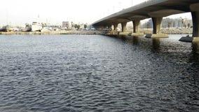 Βάρκες και προκυμαία και η γέφυρα απόθεμα βίντεο