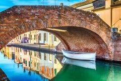 βάρκες και σπίτια σε Comacchio, η μικρή Βενετία στοκ εικόνες