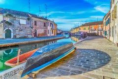 βάρκες και σπίτια σε Comacchio, η μικρή Βενετία στοκ εικόνα με δικαίωμα ελεύθερης χρήσης