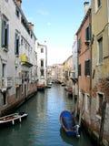 Βάρκες κατά μήκος ενός καναλιού στη Βενετία, Ιταλία στοκ φωτογραφία