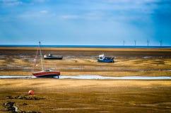 Βάρκες κατά τη διάρκεια της χαμηλής παλίρροιας, UK Στοκ Φωτογραφίες