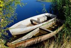 βάρκες κοντά στην ακτή δύο Στοκ Εικόνες