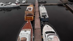 Βάρκες λιμενοβραχιόνων στον ποταμό : φιλμ μικρού μήκους