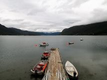 Βάρκες λιμενοβραχιόνων φιορδ της Νορβηγίας Langfjord στοκ εικόνα