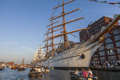 Βάρκες με τους ανθρώπους στο πανί Άμστερνταμ Στοκ εικόνα με δικαίωμα ελεύθερης χρήσης