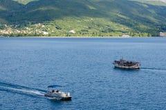 Βάρκες με τους τουρίστες στη λίμνη Οχρίδα, Μακεδονία Στοκ Εικόνα