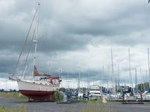 Βάρκες πανιών και δυσοίωνοι ουρανοί στοκ εικόνες