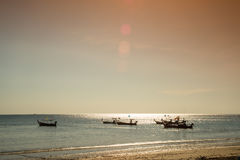 βάρκες παραλιών κοντά ταϊλανδικό σε παραδοσιακό Στοκ Εικόνα