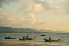 βάρκες παραλιών κοντά ταϊλανδικό σε παραδοσιακό Στοκ Εικόνες