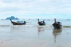 Βάρκες που δένονται μακριές στην παραλία Krabi AO Nang Στοκ φωτογραφία με δικαίωμα ελεύθερης χρήσης