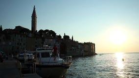 Βάρκες που δένονται σε Rovinj στο ηλιοβασίλεμα φιλμ μικρού μήκους