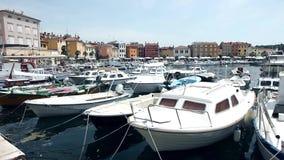 Βάρκες που δένονται στο κέντρο Rovinj φιλμ μικρού μήκους