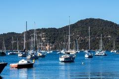 Βάρκες που δένονται στο Μπρούκλιν Αυστραλία ενάντια στο μπλε ουρανό Στοκ Εικόνες