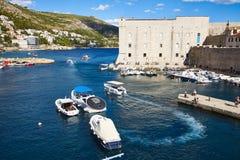 Βάρκες που αφήνουν τον παλαιό λιμένα Dubrovnik Στοκ Εικόνα