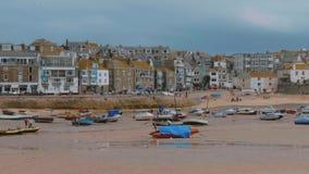Βάρκες που βρίσκονται σε μια αμμουδιά at low tide στο ST Ives στην Κορνουάλλη φιλμ μικρού μήκους