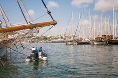 Βάρκες που δένονται στο λιμένα Ιστοί των σκαφών ενάντια στον ουρανό Στοκ Φωτογραφίες