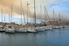 Βάρκες που δένουν στο λιμένα Στοκ φωτογραφία με δικαίωμα ελεύθερης χρήσης