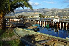 Βάρκες που ελλιμενίζονται στην μπλε περιοχή λιμνοθαλασσών στοκ εικόνες