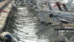βάρκες που επιπλέουν στο νερό απόθεμα βίντεο